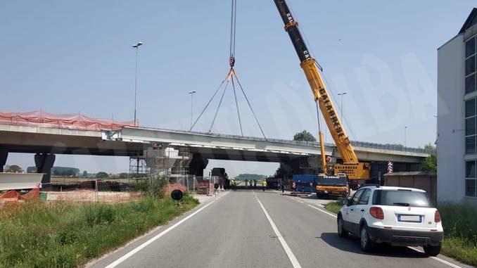 Posato nella sua sede il nuovo viadotto della tangenziale di Fossano 1