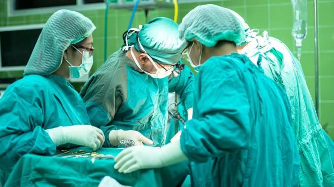 Da un osso del perone ricostruita una mandibola, operazione coordinata da microchirurgo da Fu-Chan Wei