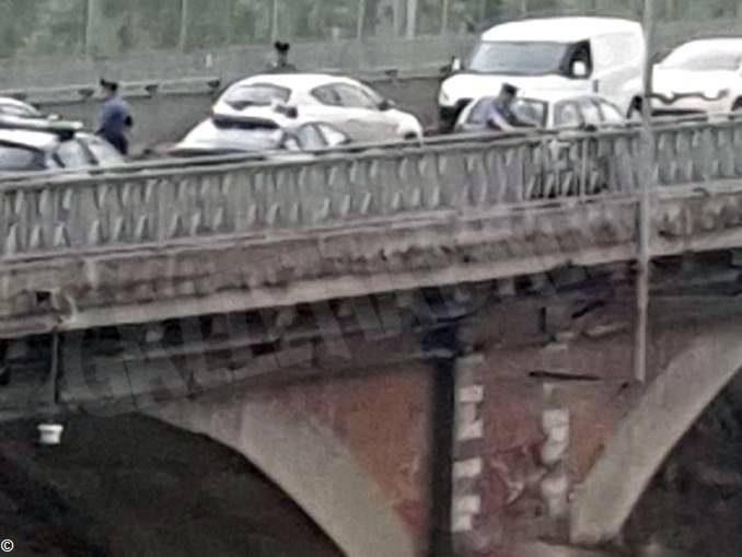 Un uomo tenta di gettarsi dal ponte del Tanaro di Alba