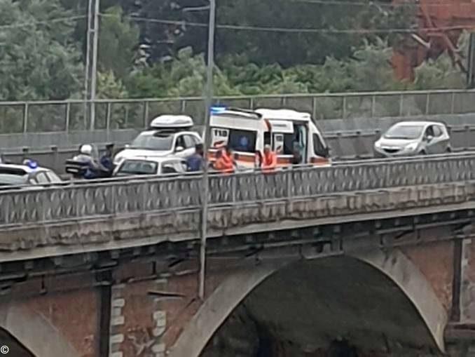 Un uomo tenta di gettarsi dal ponte del Tanaro di Alba 1