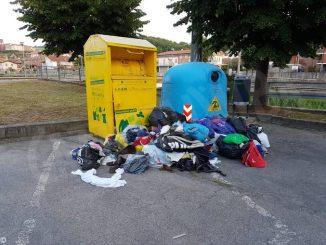 A Dogliani forzati i cassonetti per la raccolta degli abiti usati