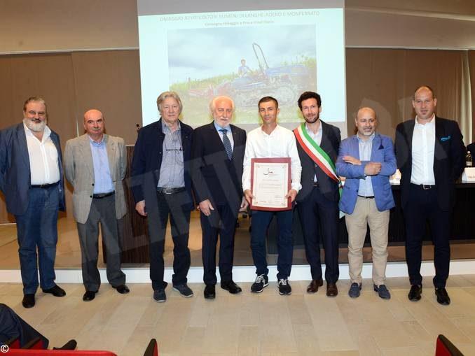 All'Enoteca di Grinzane Cavour il premio a chi cura la bellezze delle colline