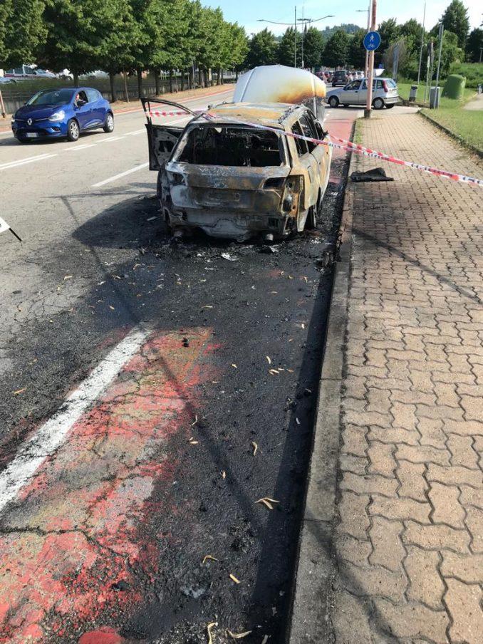 Auto in fiamme ad Alba, vicino allo stabilimento Ferrero 1