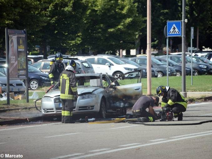 Auto in fiamme ad Alba, vicino allo stabilimento Ferrero 2