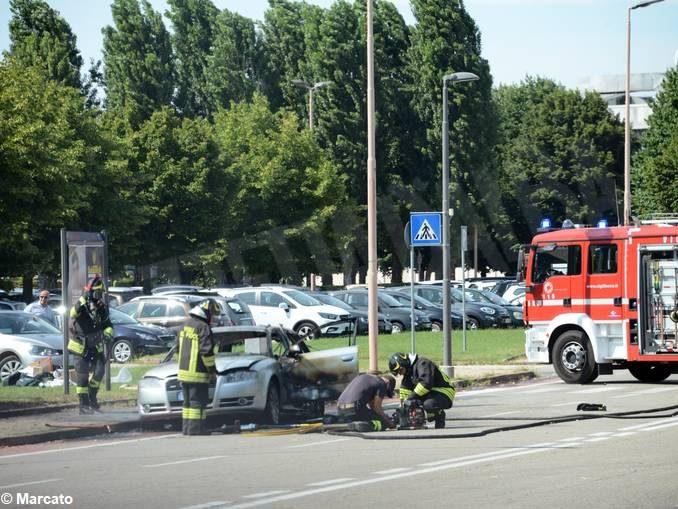 Auto in fiamme ad Alba, vicino allo stabilimento Ferrero 3