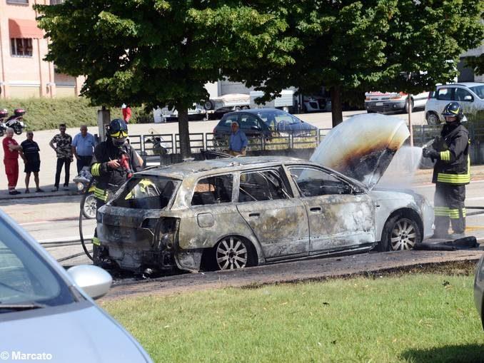 Auto in fiamme ad Alba, vicino allo stabilimento Ferrero 4