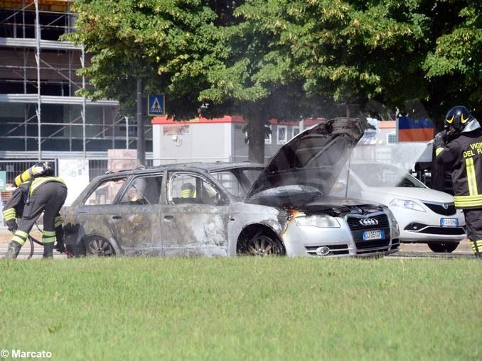 Auto in fiamme ad Alba, vicino allo stabilimento Ferrero 5