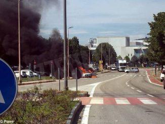 Auto in fiamme ad Alba, vicino allo stabilimento Ferrero