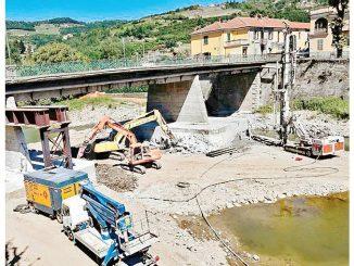 Ponte da consolidare a Cortemilia: il cantiere è nell'alveo