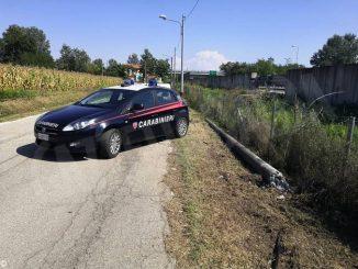 L'auto senza assicurazione fugge all'alt dei carabinieri ma va a sbattere contro un lampione