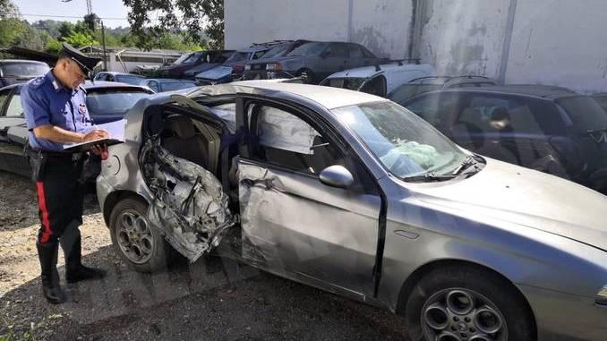 L'auto senza assicurazione fugge all'alt dei carabinieri ma va a sbattere contro un lampione 1