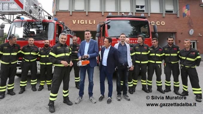 """La """"Borio Fratelli"""" dona una motosega professionale ai vigili del fuoco albesi"""