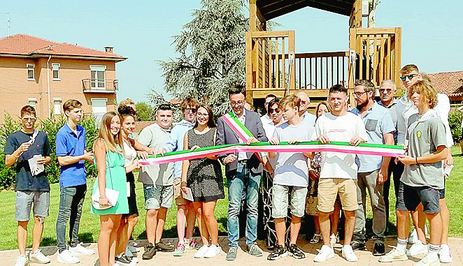 All'inaugurazione dell'area verde Orto del parroco consegnata la Costituzione ai neomaggiorenni
