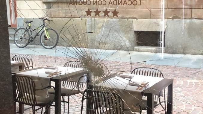 Cacciati dal ristorante perché ubriachi gettano una sedia contro la vetrata