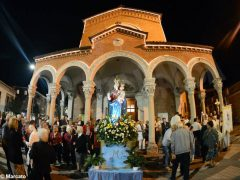 La statua della Madonna in processione nelle vie della Moretta 1