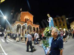 La statua della Madonna in processione nelle vie della Moretta 5