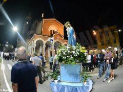 La statua della Madonna in processione nelle vie della Moretta 6