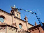 Sul tetto del Duomo di Alba si ripuliscono i pinnacoli