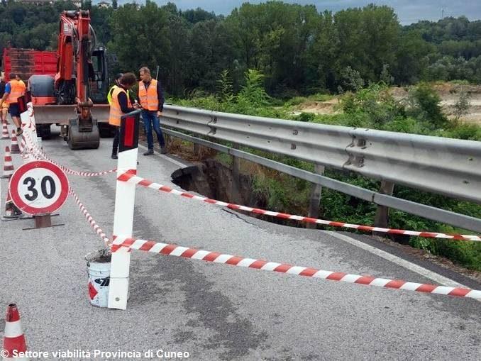 Frana sulla strada tra Cherasco e la Fondovalle: si viaggia su una sola corsia