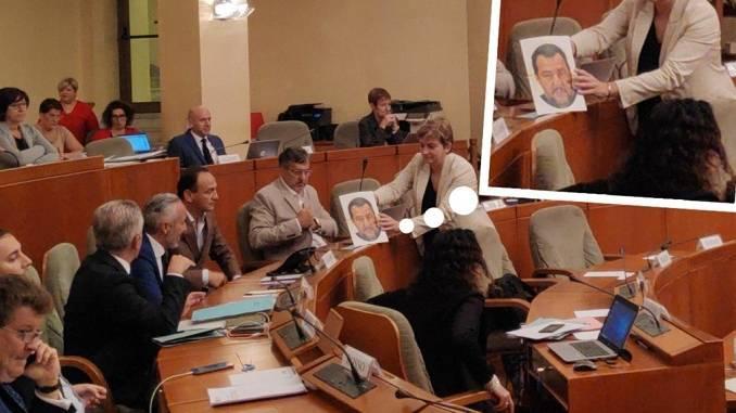 """Referendum, M5s consegna a Cirio la maschera di Salvini: """"E' questo il vero volto del Governatore"""""""
