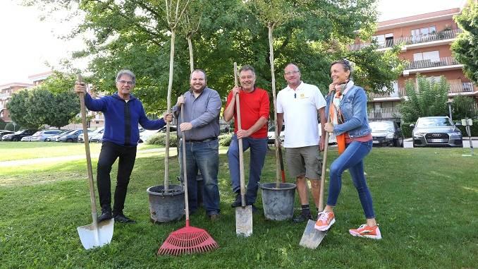 """Piantati tre alberi nel parco antistante Radio Alba dai promotori del progetto """"Dalla Malora all'Unesco"""""""