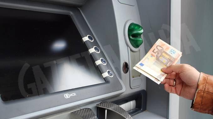 Prelievi con il bancomat rubato: le telecamere permettono di individuarli