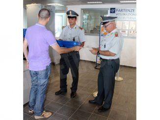 La Finanza sequestra 12 chili di derrate alimentari all'aeroporto di Levaldigi