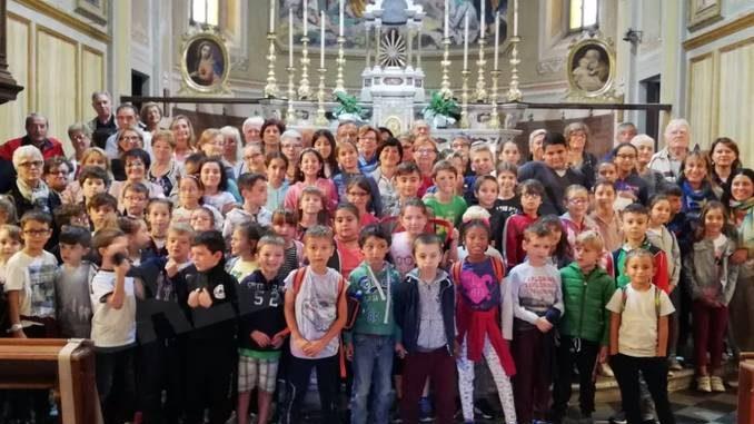 Tanti bambini alla festa dei nonni di Isola d'Asti