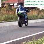 Bra: motociclista viaggia a 186 km/ora e nasconde la targa