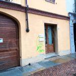 Atti vandalici: muri e auto imbrattati in via Pietrino Belli ad Alba