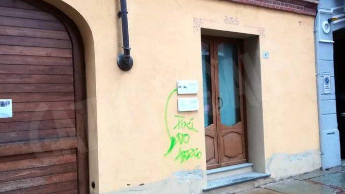 Atti vandalici contro alcune auto in via Pietrino Belli ad Alba 1