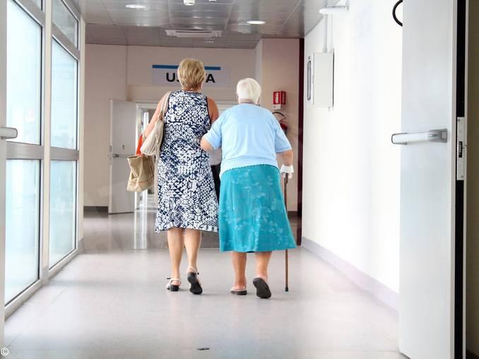 anziana accompagnata