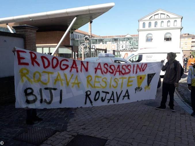 Presidio del collettivo Mononoke davanti alla Ferrero: «Basta rapporti commerciali con la Turchia»
