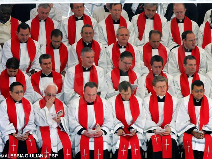 Sacerdoti in piazza San Pietro a Roma