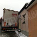 """Un autotreno turco """"incastrato"""" per oltre due ore nel centro di Arguello"""