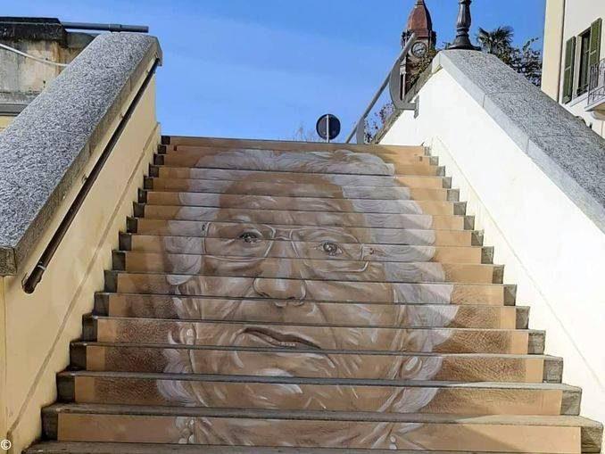 Una scalinata a Bra per Liliana Segre. Sarà esposta domani, venerdì 15 novembre 1