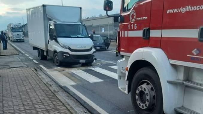 Scontro tra un furgone e un'auto a Cinzano