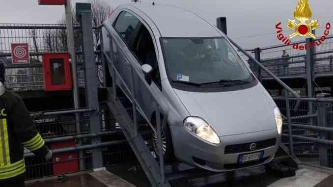 Alba: rimane incastrato con la propria auto sulla scala del multipiano della stazione ferroviaria