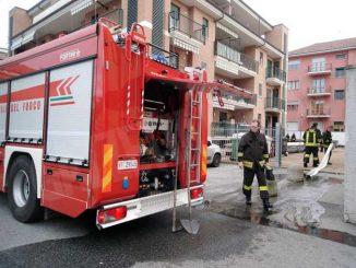 Alloggio in fiamme, evacuata una persona