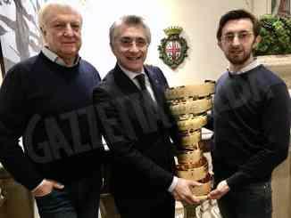 """Ad Alba è arrivato il trofeo """"Senza fine"""" del Giro d'Italia"""