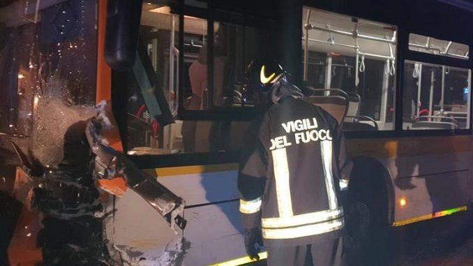Frontale fra un'utilitaria e un bus di linea: morta una donna