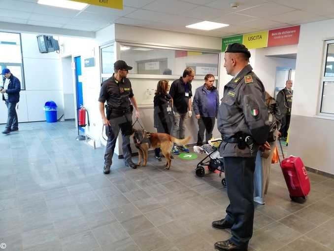 Troppe sigarette in valigia, sequestrati sei chili di tabacco in aeroporto