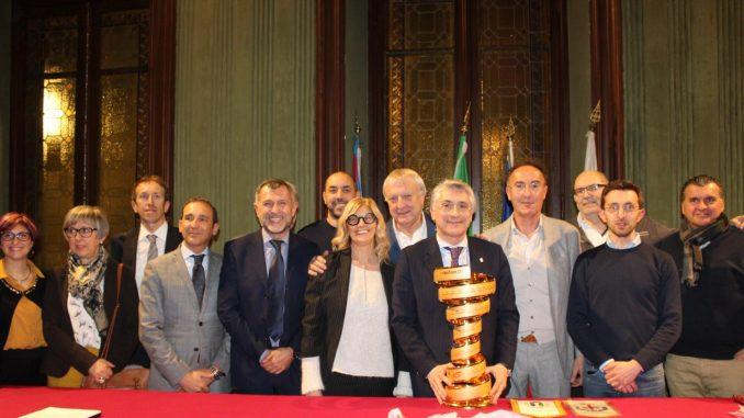 """Giro d'Italia ad Alba, il trofeo """"Senza fine"""" verrà esposto in Municipio 1"""