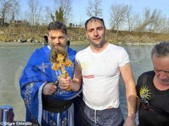 Per l'epifania della comunità ortodossa si ripete il rito della benedizione dell'acqua 10