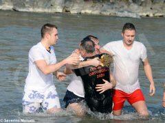 Per l'epifania della comunità ortodossa si ripete il rito della benedizione dell'acqua 6