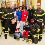 Alba: vigili del fuoco in Pediatria per portare calze piene di dolci ai piccoli pazienti
