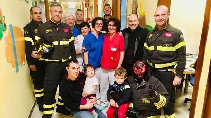 I vigili del fuoco albesi in Pediatria per portare calze piene di dolci ai piccoli ricoverati