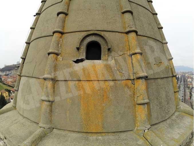 Danni alla torre del santuario della Moretta, cade un calcinaccio. Sospeso l'uso delle campane