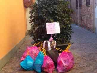 Rifiuti abbandonati in vicolo San Biagio, in pieno centro ad Alba