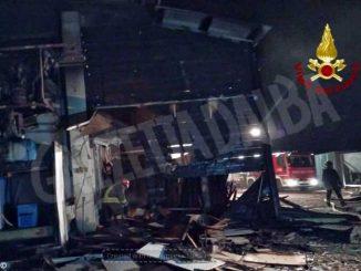 Un incendio scoppiato alle 2 di notte danneggia una falegnameria
